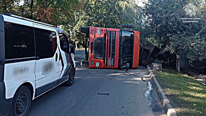 У Сумах перевернулась вантажівка